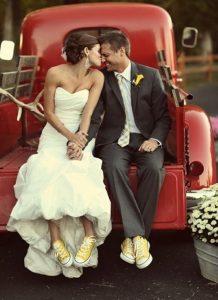 Mariés assortis en converses jaunes